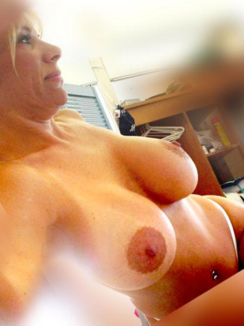 femme mature gros seins au tel rose cougar